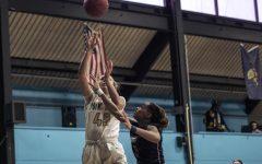 Women's basketball splits RSC matches, improves to 6-6