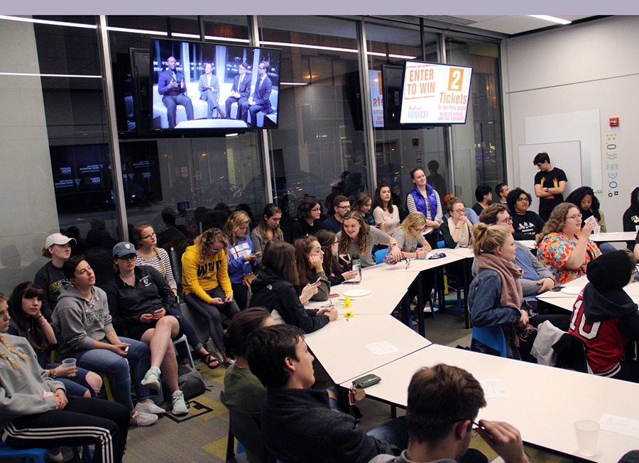 Students watch the United Student Government presidential and vice presidential debates in the Center for Media Innovation, Wednesday, March 29.