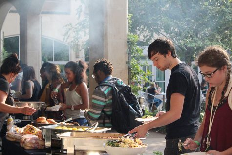 Students pack park for picnic