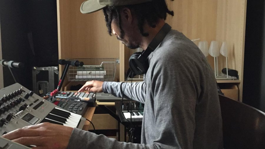 Orlando Marshall who produces music as Buscrates, makes a beat on the spot with his Korg minilogue synthezers and a Roland SP-404 sampler