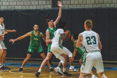 Men's basketball splits RSC games last week